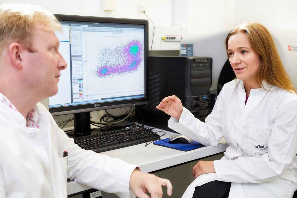 Dr. James Hutchinson und Dr. Paloma Riquelme bei der Datenanalyse im Labor der Klinik und Poliklinik für Chirurgie des UKR. © UKR / Johannes Beutler